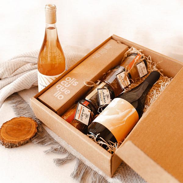 Detalle beebox con miel vino y aceite