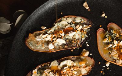 Crujiente de pera con roquefort y miel de bosque